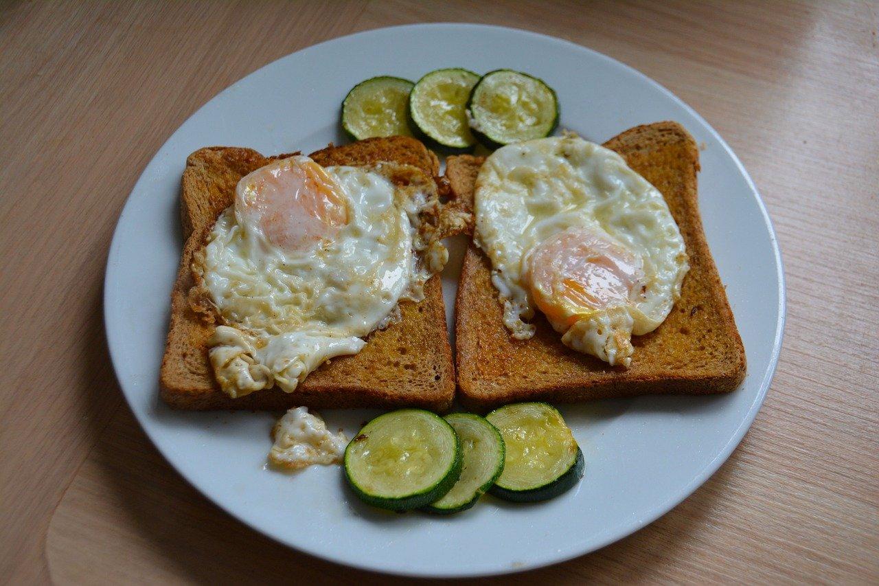 Huevos escalfados con pan de avena