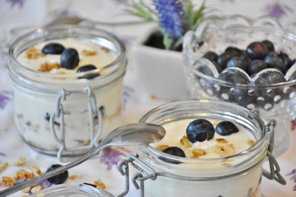 Yogurt griego con kiwi, arándanos y piñones