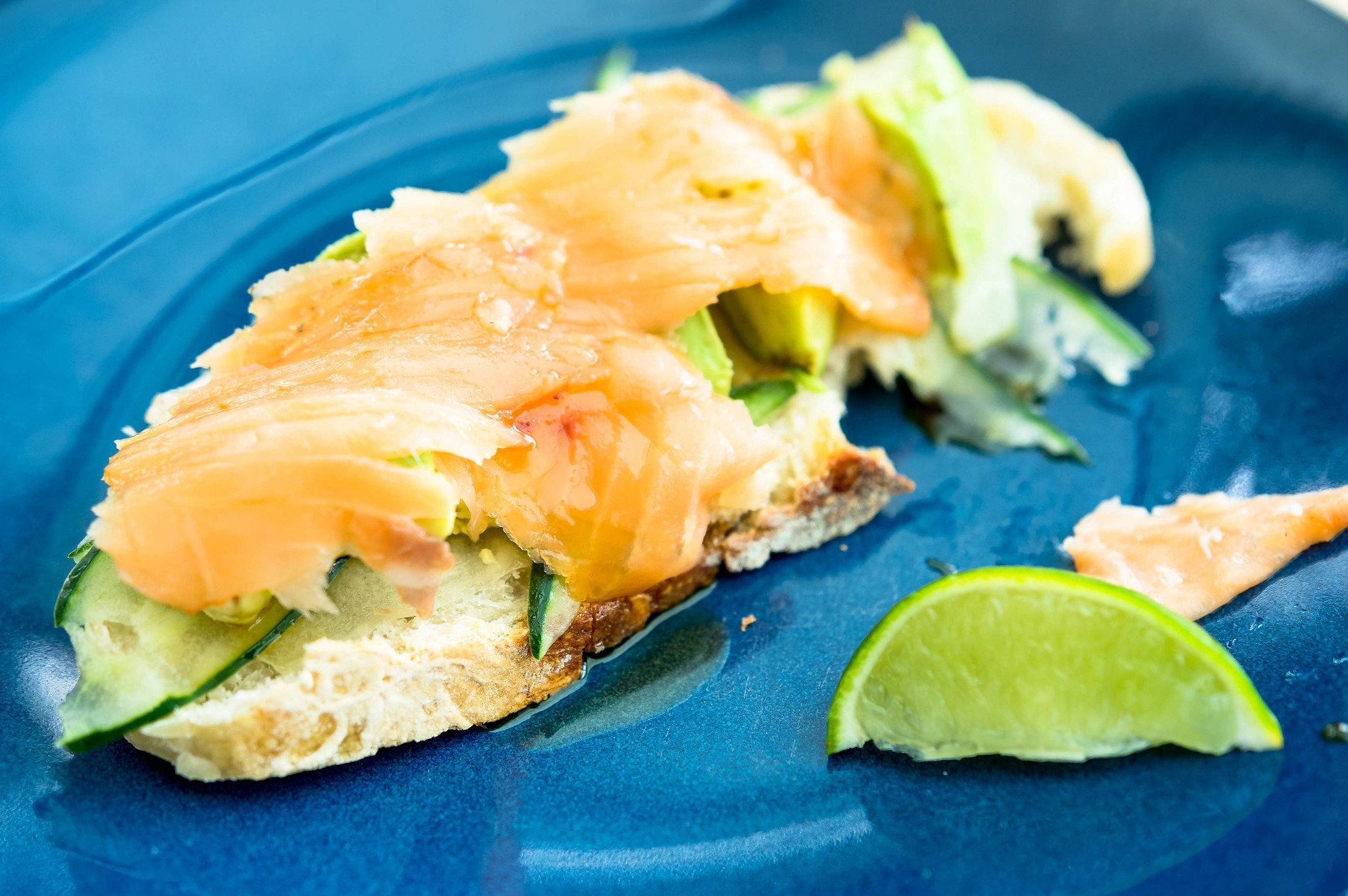 tostada aguacate y salmon calorias