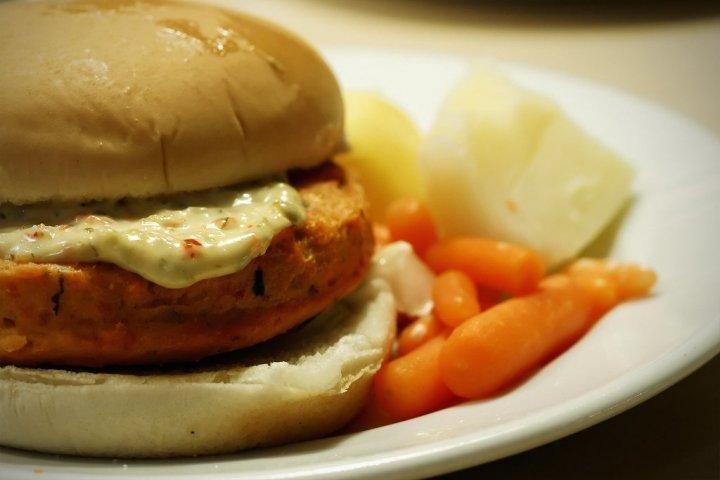hamburguesa de salmón con kiwi