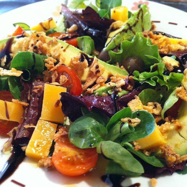Ensalada de aguacate y papaya, con pepino y pollo