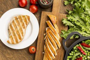 Pollo a la plancha con hierbas y pasta al pesto