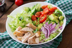 ensalada de aguacate y pollo